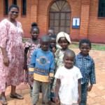 Sr Rosine avec les enfants de la catéchèse à Doumé.